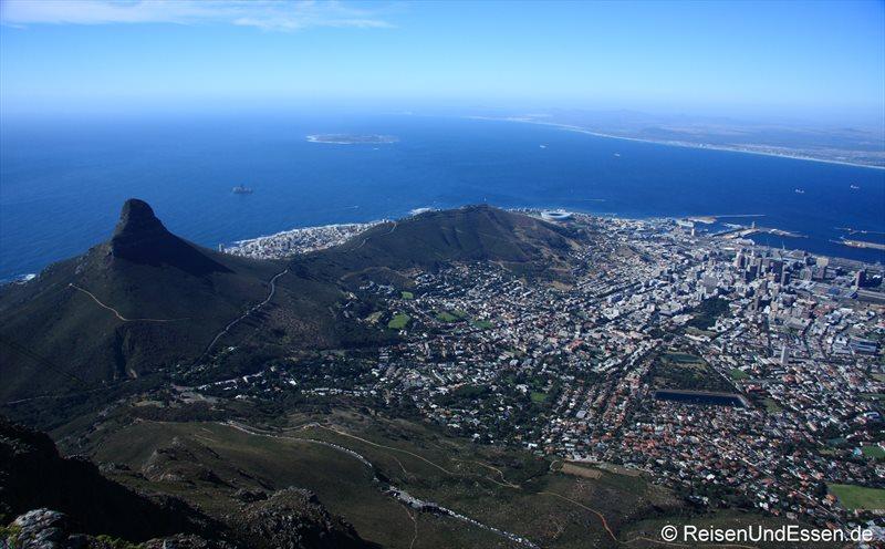Blick vom Tafelberg auf Kapstadt, Stadion, Signal Hill und Lions Hell (von Li nach Re). Im Meer Robben Island