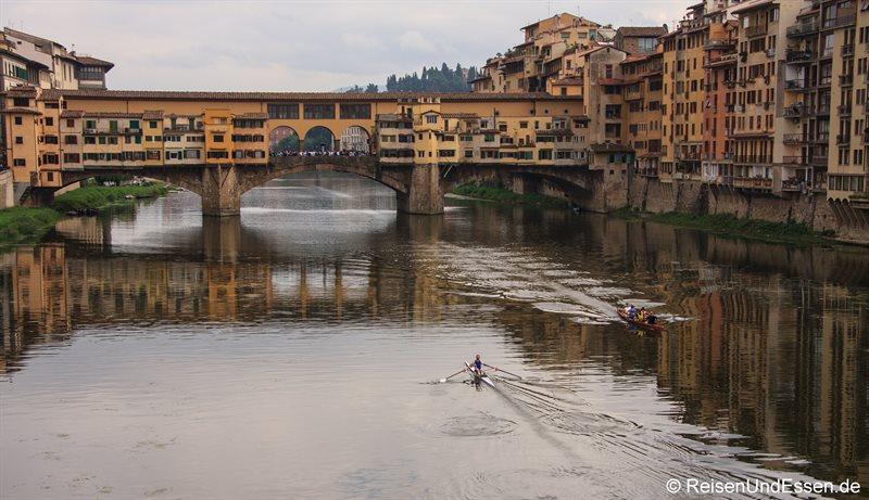 Blick auf Ponte Vecchio und Arno