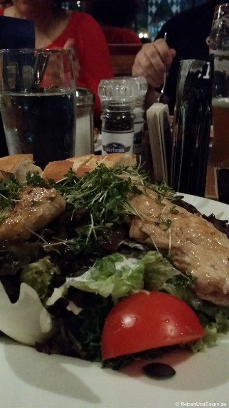 Großer Salatteller im Airbräu am Flughafen München