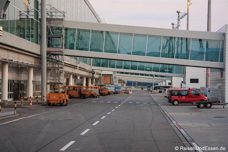 Straße am Terminal 2 am Flughafen München