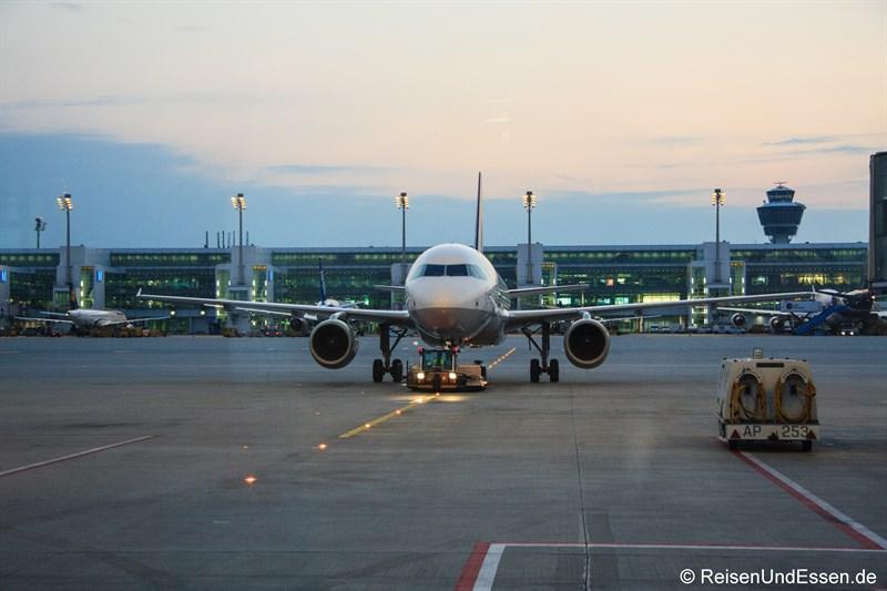 Ein Airbus A319 wird an seine Position am Terminal geschleppt