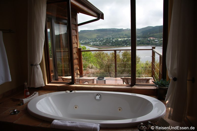 Whirlpool und Ausblick in der Elephant Hide of Knysna Guest Lodge