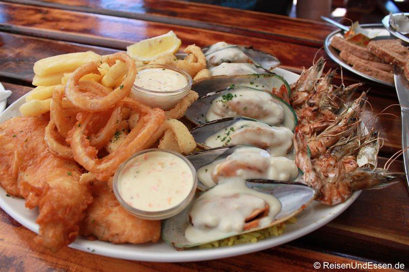 Platte mit Meeresfrüchten an der Waterfront von Knysna