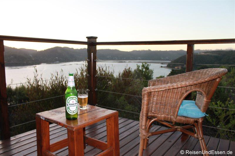 Entspannung bei einem Bier auf der Terrasse
