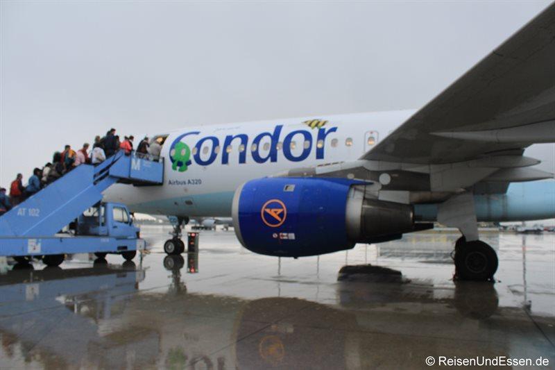 Einstieg zu Flug DE3602 von Condor nach Santorini