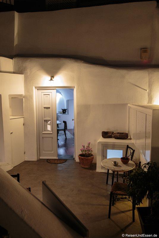 Blick am Abend in den Eingangsbereich zur White Pearl Villa