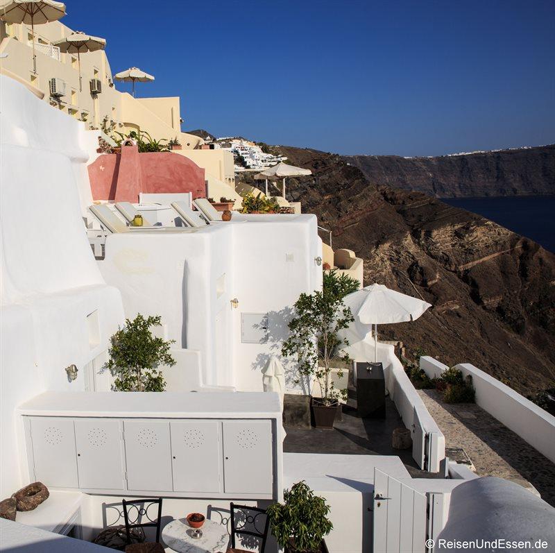 Blick auf die White Pearl Villas und die Caldera