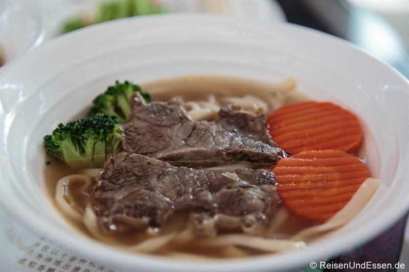 Nudelsuppe mit Rindfleisch in der Air China Lounge