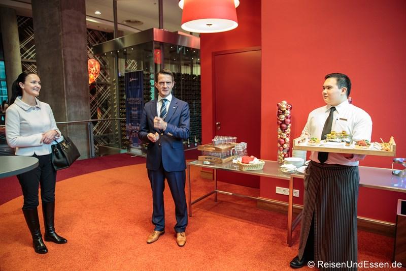 Wellcome mit Brita Segger, Hoteldirektor Helge Lütters und Häppchen