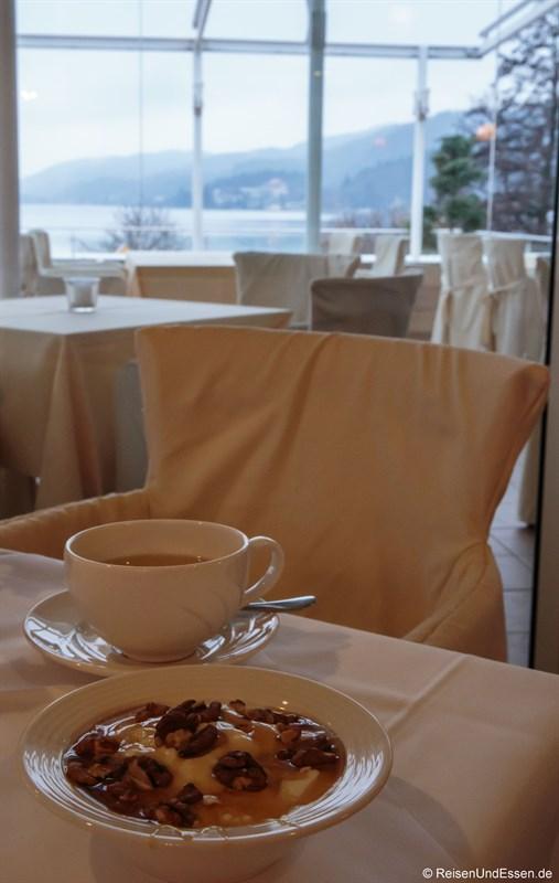 Kulinarischer Genuss mit griechischem Joghurt und Blick auf See