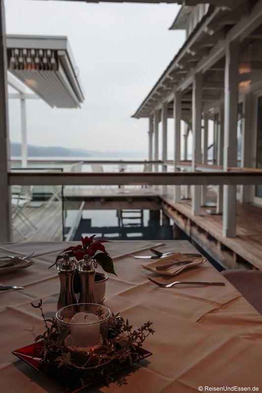 Tisch mit Blick auf den See