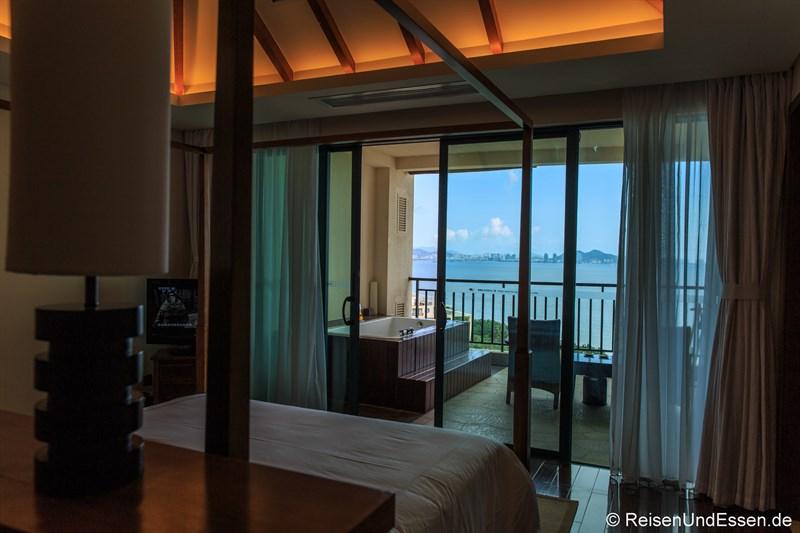 Blick vom Schlafzimmer auf Terrasse und Bucht von Sanya