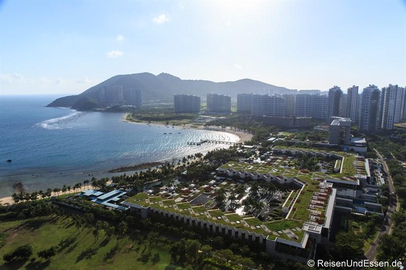 Blick auf die Bucht Xiao Dadonghai (im Vordergrund das InterContinental)