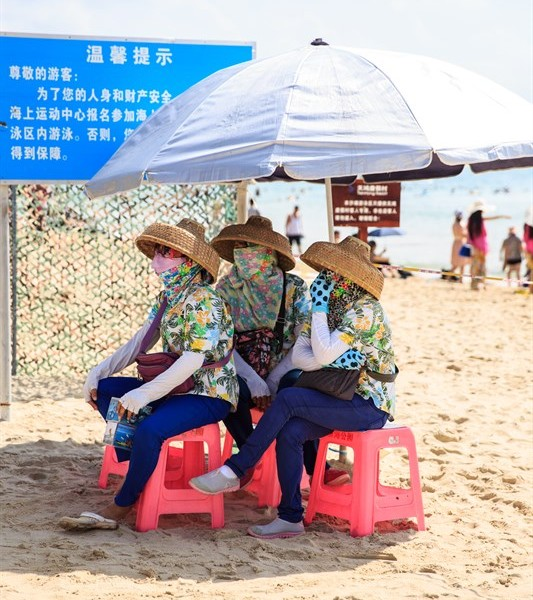 Strandfrauen in der Yalong Bucht