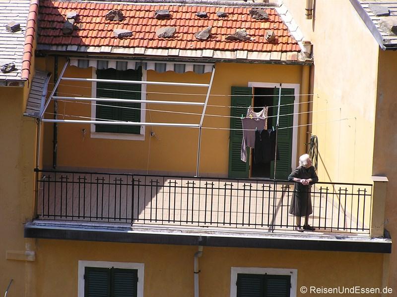 Alte Frau in Riomaggiore
