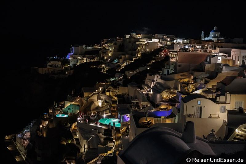 Häuser und Pool in Oia bei Nacht
