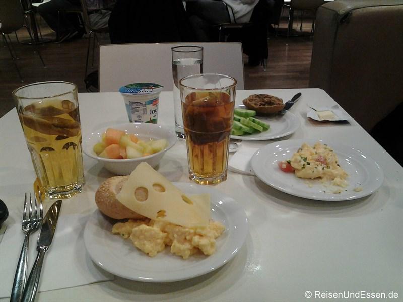 Frühstück in der Lufthansa Lounge in München