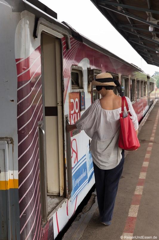 Einsteigen in Argo Wilis im Bahnhof Bandung