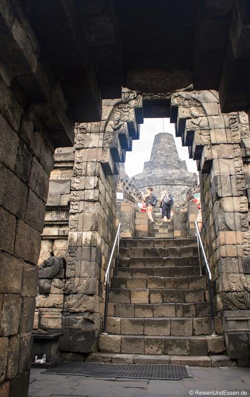 Eines der 6 Tore zur obersten Ebene in Borobudur