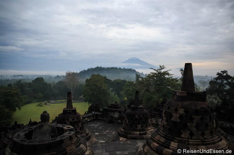 Borobudur und Vulkan Merapi am frühen Morgen