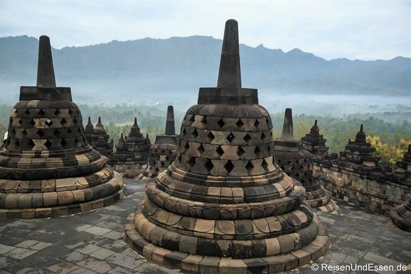 Stupas in Borobudur am frühen Morgen