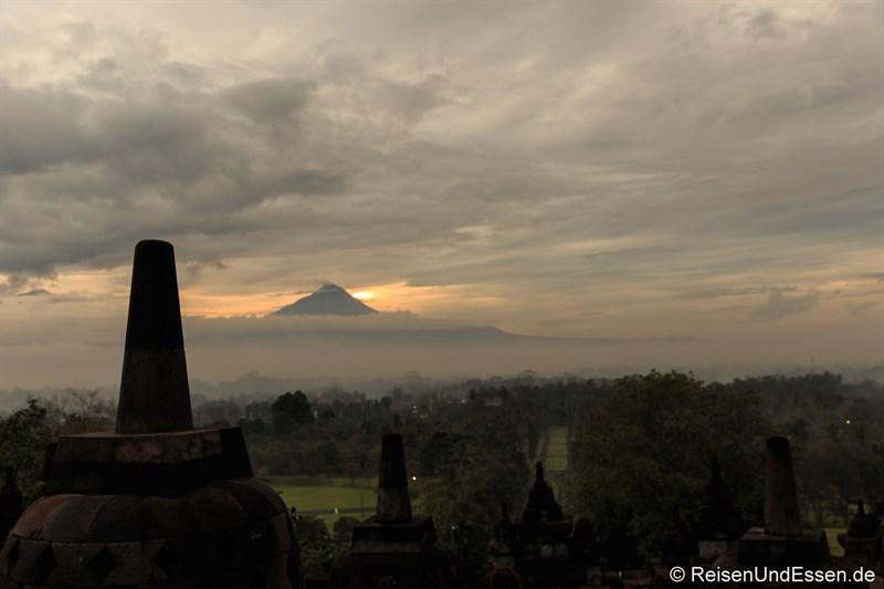 Borobudur zum Sonnenaufgang und Merapi um 05:20
