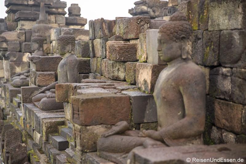Buddha-Statuen auf der mittleren Ebene Rupadhatu in Borobudur