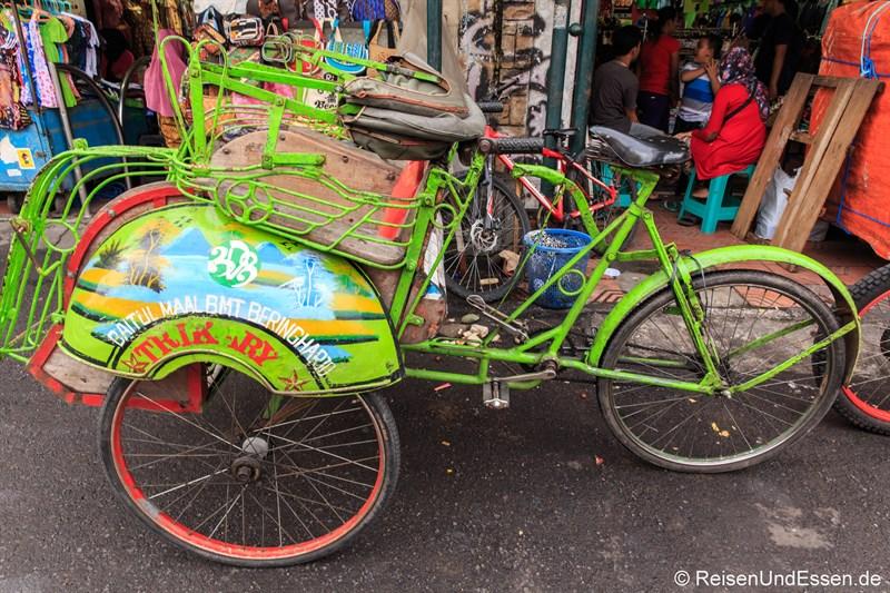 Becak in der Jalan Malioboro in Yogyakarta