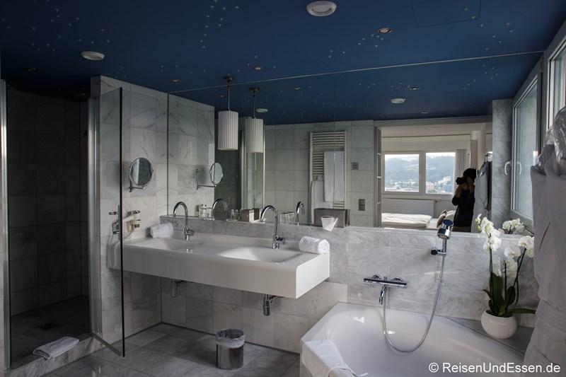 Badezimmer mit Sternenhimmel in der Kepler Suite im Arcotel Nike Linz