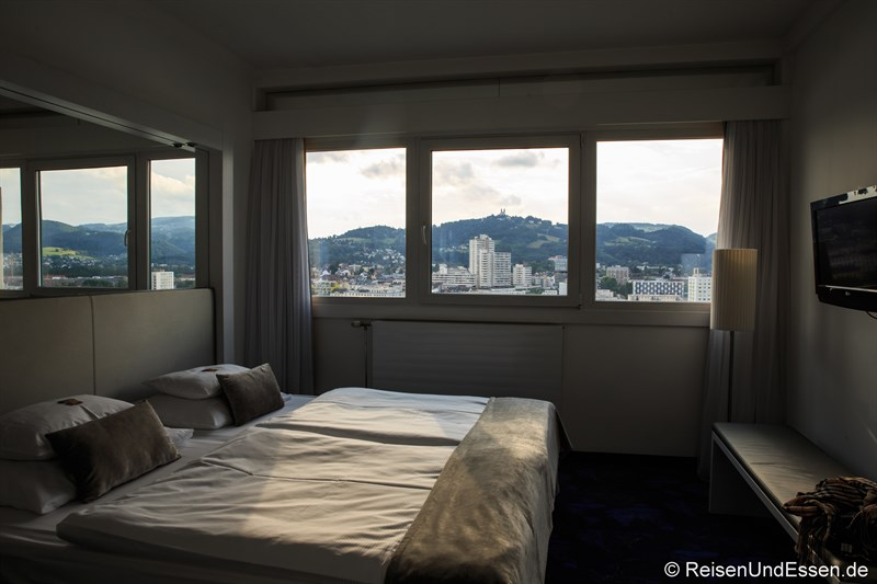 Schlafzimmer in der Kepler Suite mit Aussicht
