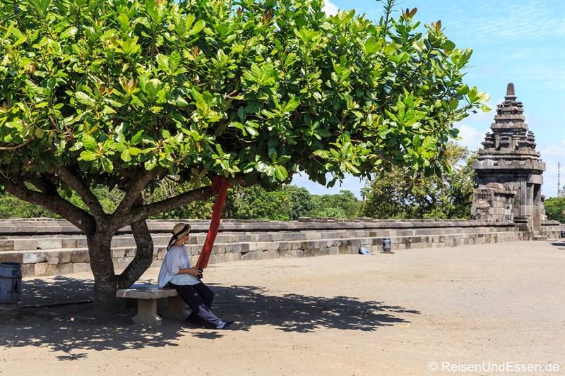 Pause in Prambanan im Schatten