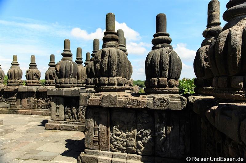 Rundgang auf der mittleren Ebene der Tempel von Prambanan