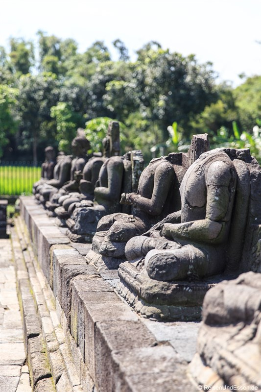 Reihe mit Buddhafiguren im Candi Plaosan