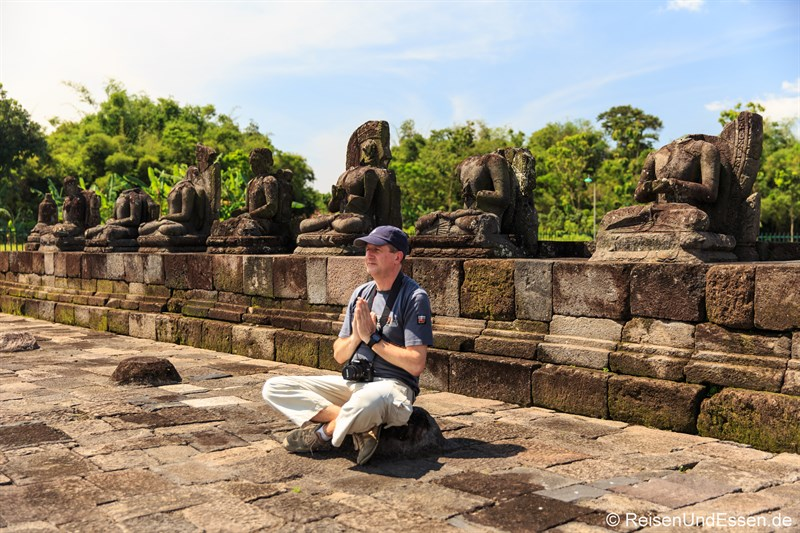 Vor den Buddhafiguren im Candi Plaosan