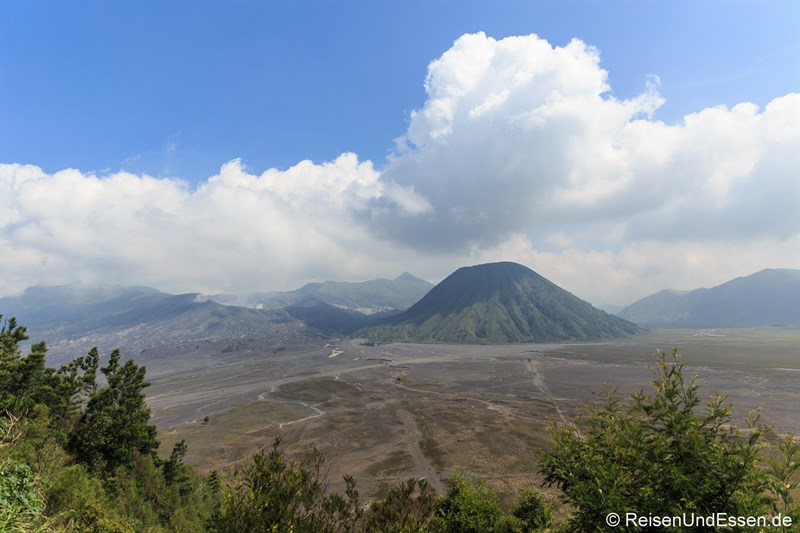 Blick von der Caldera in Cemoro Lawang auf den Vulkan Bromo