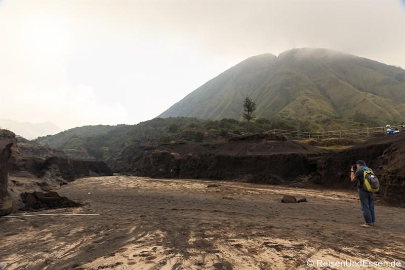 Ausgetrocknetes Flussbett am Fuss des Vulkan Bromo