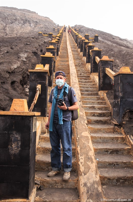 An den Treppen zur Besteigung des Vulkan Bromo