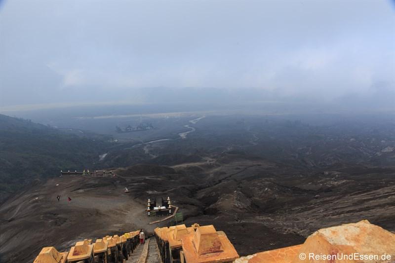 Abstieg vom Vulkan Bromo (in der Sea of Sand der Hindu-Tempel Pura Luhur Poten)
