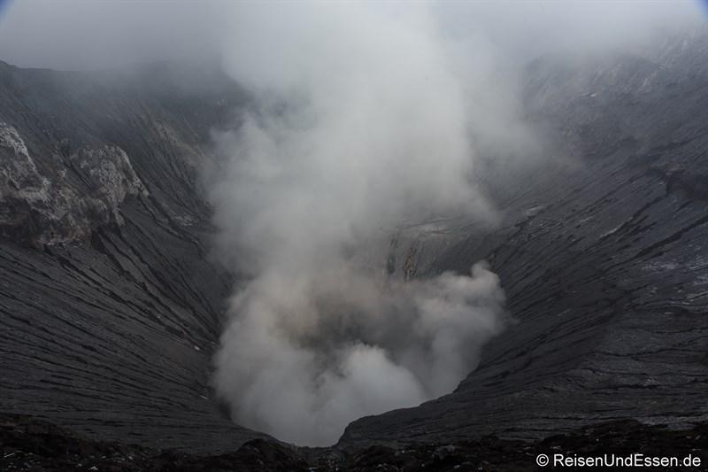 Blick in den Krater am Vulkan Bromo