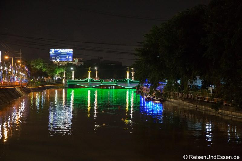 Fluss Mas in Surabaya bei Nacht