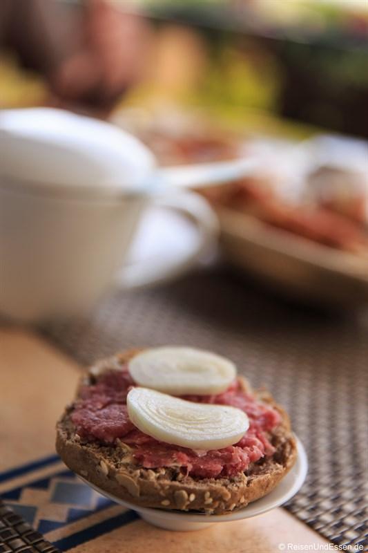 Brötchen mit Mett und Zwiebeln