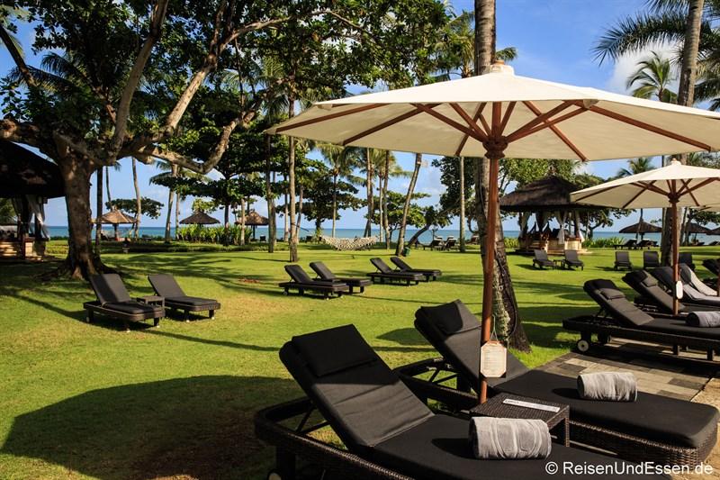 Liegestühle im tropischen Garten