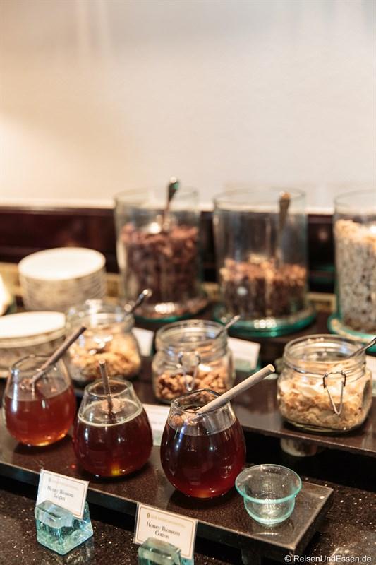 Auswahl an Honig und Cerealien in der Club InterContinental Lounge