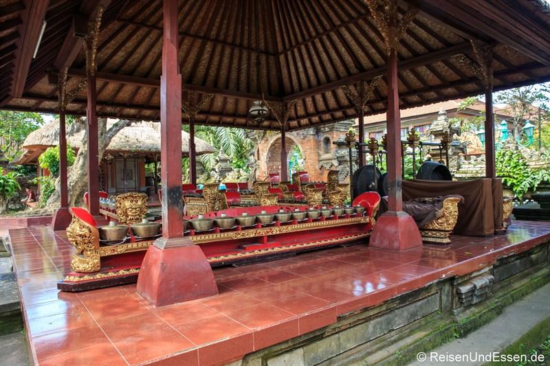Gamelan-Instrumente im Stadtpalast Puri Saren Ubud
