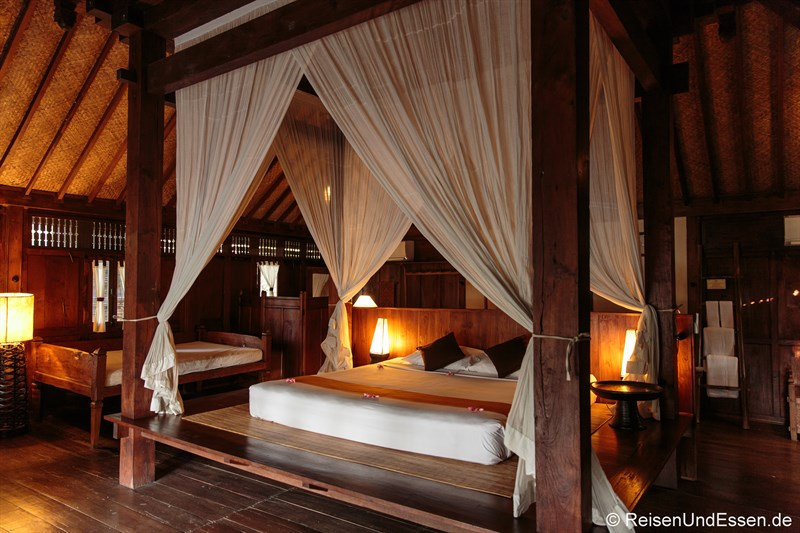 Bungalow mit Bett im Desa Dunia Beda Resort