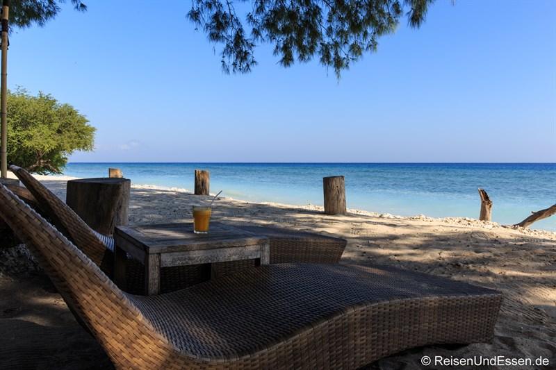 Liegen am Strand Desa Dunia Beda Resort auf Gili Trawangang