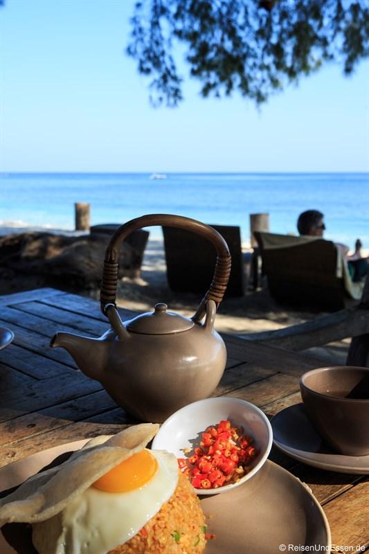 Frühstück mit Nasi Goreng und Chili