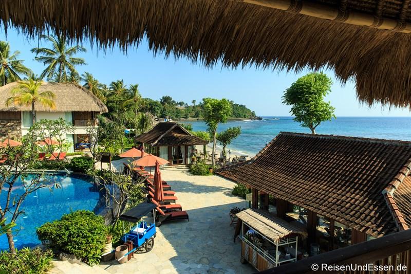 Blick vom Balkon auf Pool und Meer