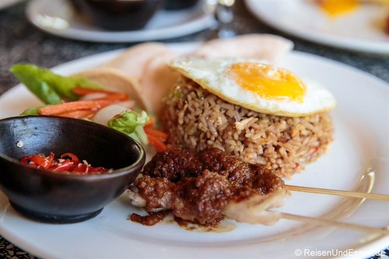 Indonesische Spezialitäten - Frühstück mit Nasi Gorgeng, Sate Ayam und Chili