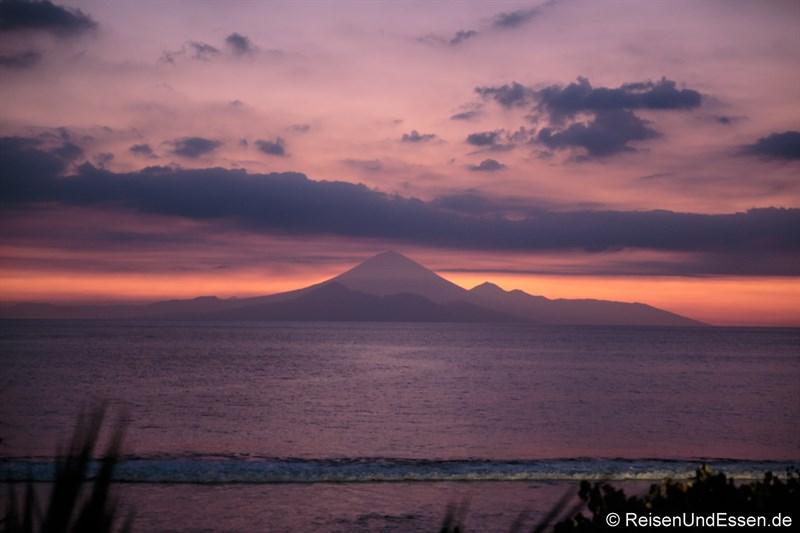 Blaue Stunde mit Vulkan Gunung Agung auf Bali